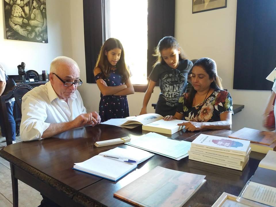 O autor Osni Lourenço Cruz autografando seu livro Na trilha de Lobato