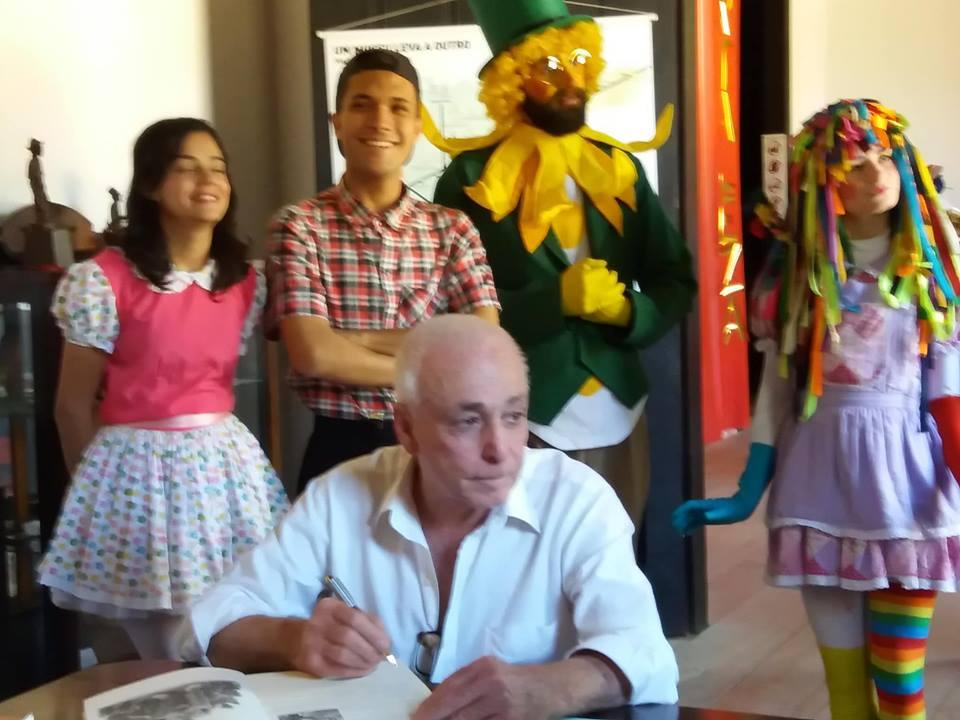 Osni autografando com os personagens do Sítio do Picapau Amarelo